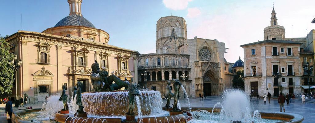 La place de la vierge et la cathédrale à Valence