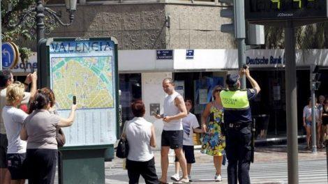Policier prenant en photo le record de température