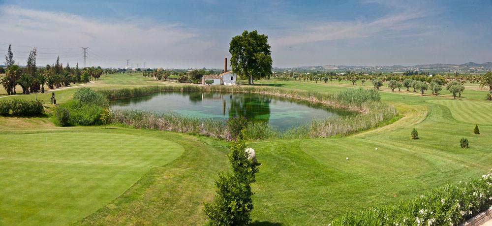 Vue sur un des étangs du golf de Foressos