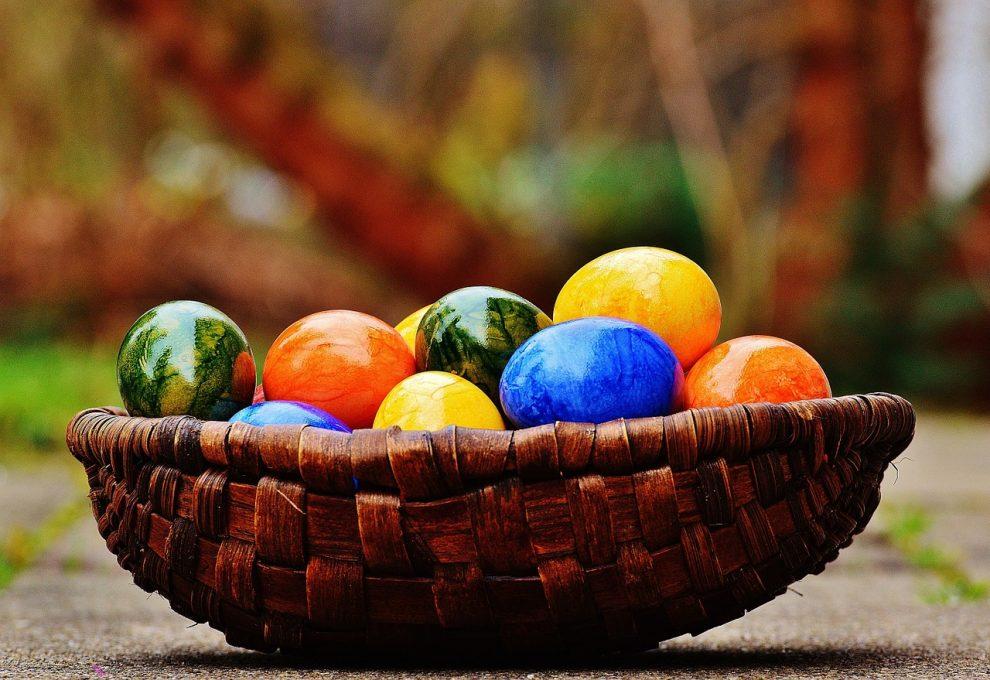 Oeufs de Pâques dans un panier