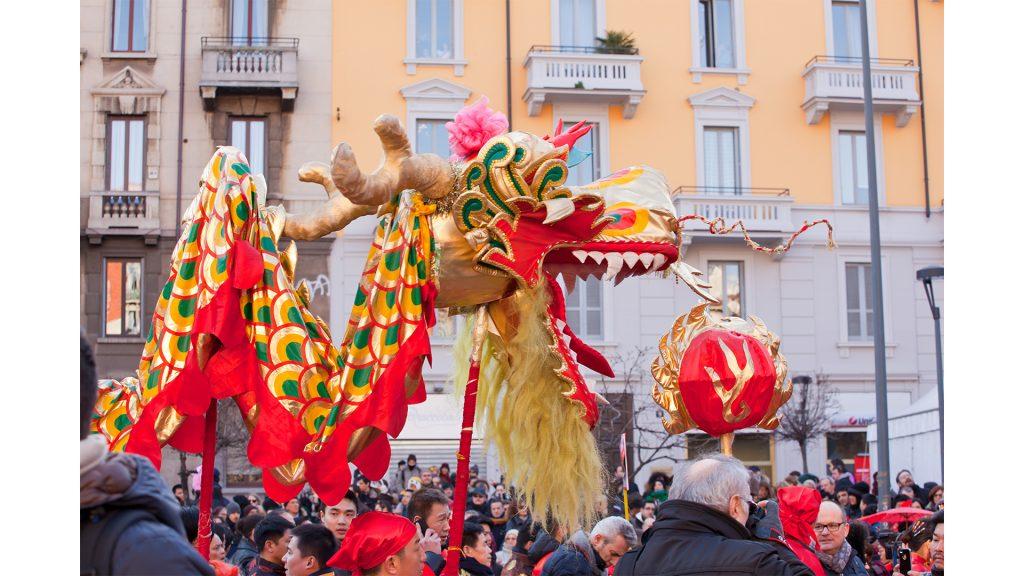 Défilé du nouvel an chinois avec un dragon.